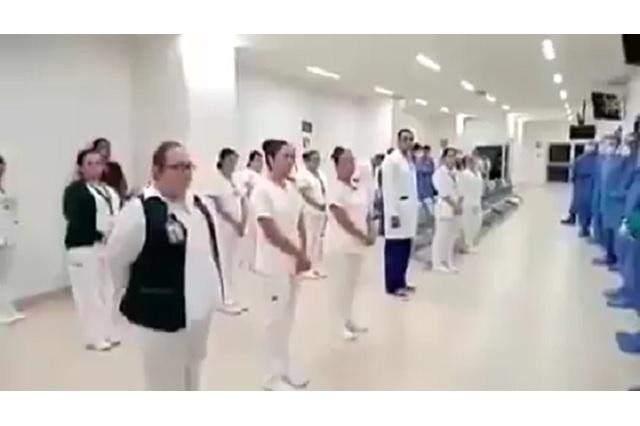 Personal de salud entona himno nacional mexicano antes de iniciar labores