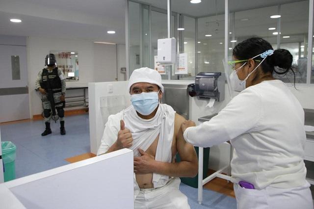 Reciben primera dosis de vacuna 94 mil trabajadores del IMSS