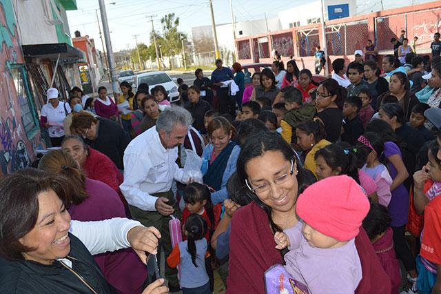 Entrega Encuentro Social juguetes a niños en Puebla capital