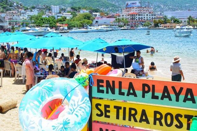 Pese a covid, turistas llenan playas de Acapulco