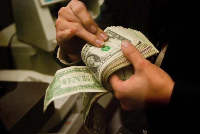 El peso vive un martes negro y el dólar se vendió en 19.25