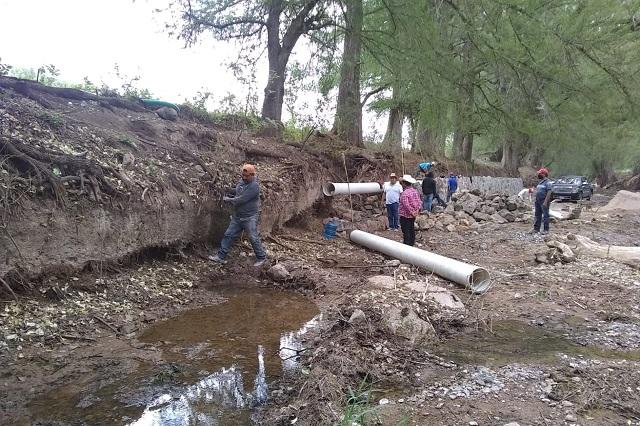 Productores de Petlalcingo construyen mamposteo para retener agua