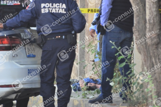 Tiran cadáver con narcomensaje en casa de El Negro, en Clavijero