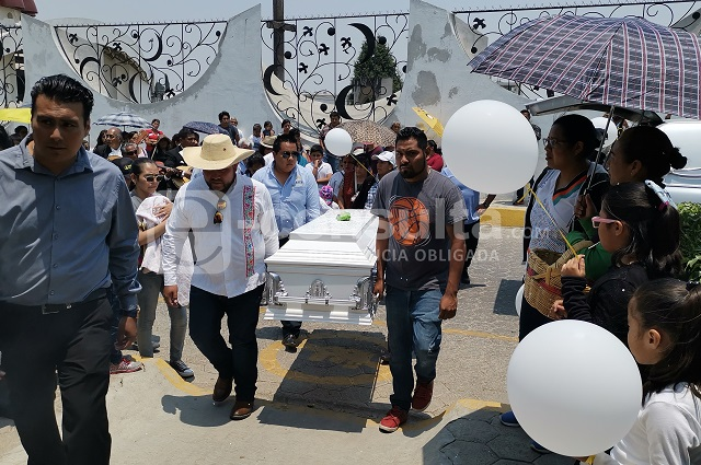Entre globos blancos despiden a niño asesinado en Cholula