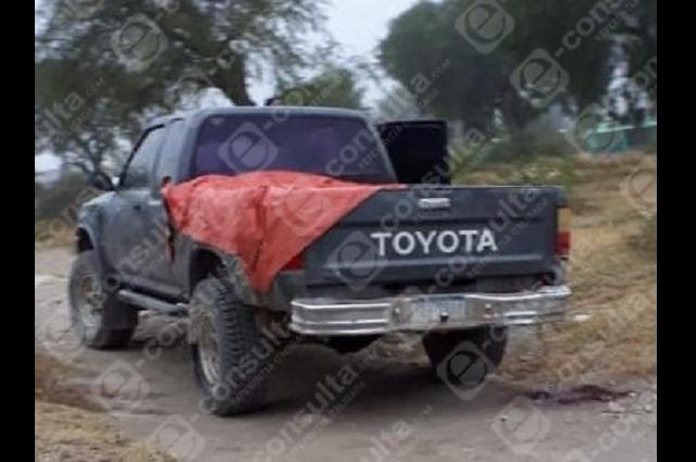 Abandonan cadáver en batea de una camioneta en Tecamachalco