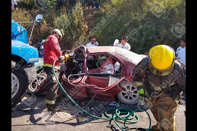 Trailero huye tras embestir vehículo familiar en Valsequillo