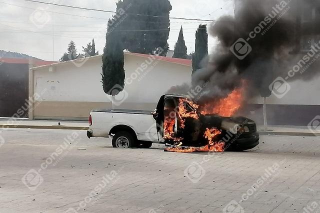 Queman camionetas al exigir el cese al edil de Amozoc