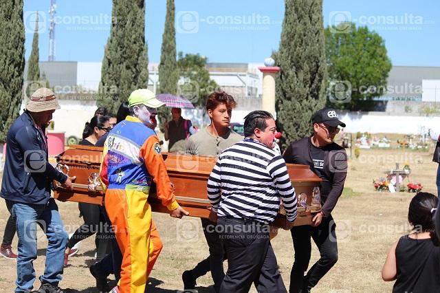 Entre porras y payasitos sepultan al Doctor Cosquillas