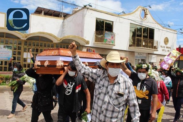 Al grito de ¡Justicia!, despiden a víctima de abuso policial en Xoxtla