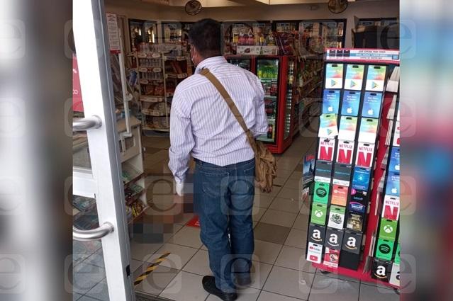 Muere hombre en tienda Oxxo del Barrio de Santiago