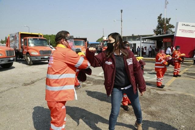 Entregan 544 uniformes a personal de limpia en la capital