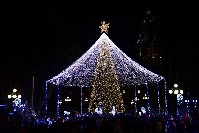 Encienden luces decembrinas en calles de Puebla capital