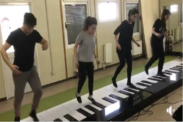 """Versión de """"Despacito"""" en un piano gigante cautiva en redes sociales"""