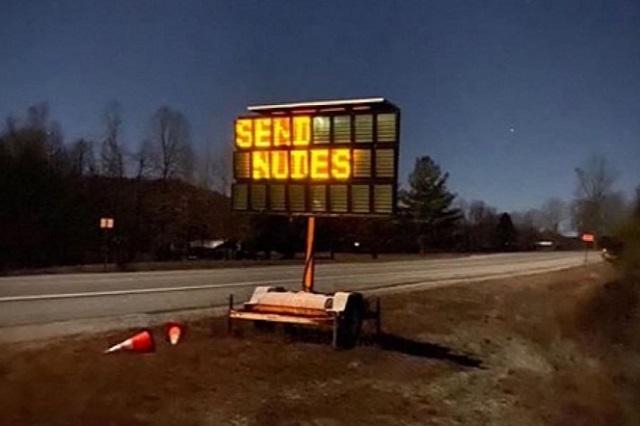 Hackean señal de tránsito en carretera para pedir 'packs' a conductores