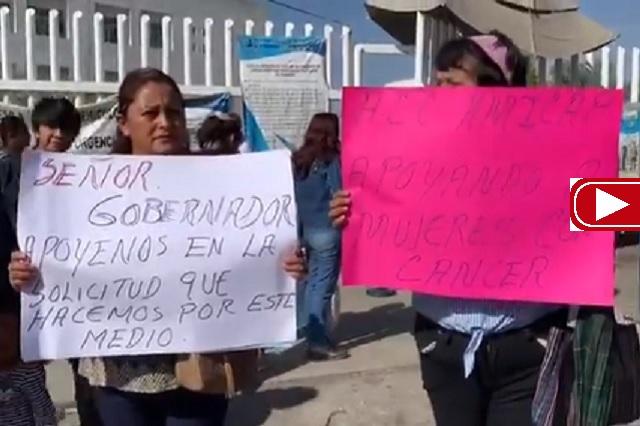 Enfermas demandan medicinas para combatir el cáncer, en Puebla