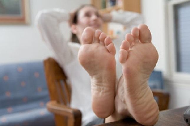 ¿Sabes por qué les huelen mal los pies a muchas personas?