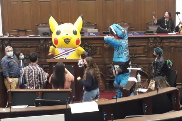 Asambleísta chilena acude a Congreso vestida de Pikachu
