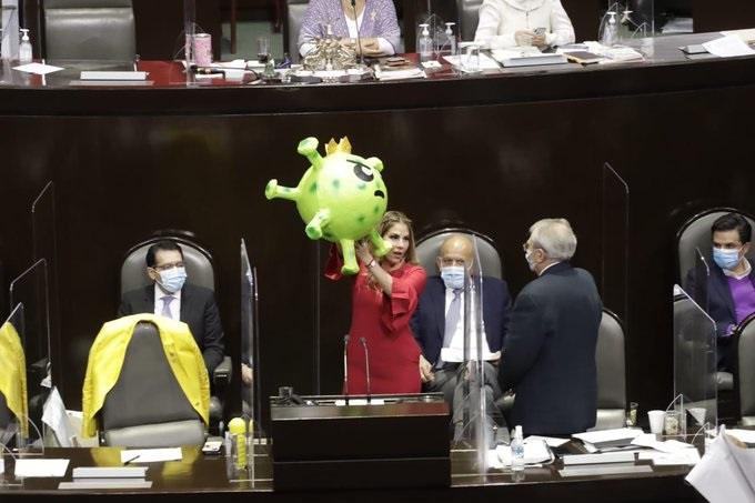 Mandan piñata de Coronavirus a López Gatell