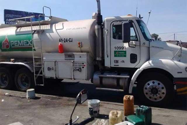 En Ecatepec, vecinos se apoderan de una pipa y regalan gasolina