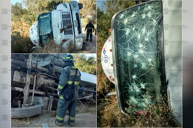 Hallan pipa volcada y vandalizada en San Martín Texmelucan