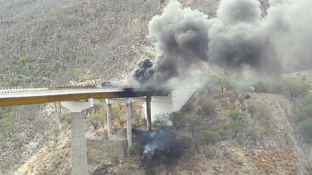 Vuelca pipa y se incendia en puente de la autopista Cuacnopalan-Oaxaca