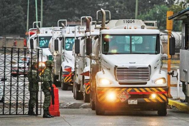 Aduanas dejan pasar mil 700 pipas diarias de huachicol