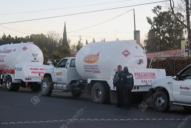 Detienen a 8 pipas de gas en Totimehuacan; iban escoltadas