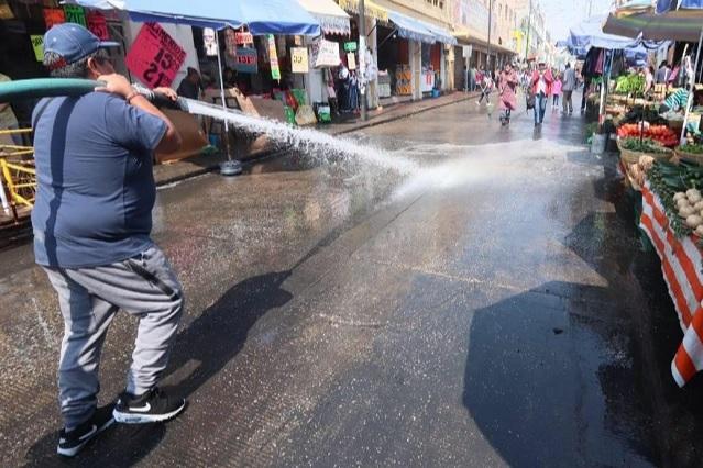 Con pipas y escobas ambulantes limpian calles de Puebla
