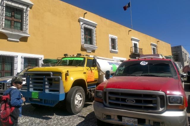 Protestan piperos frente a Casa Aguayo por el robo de unidades