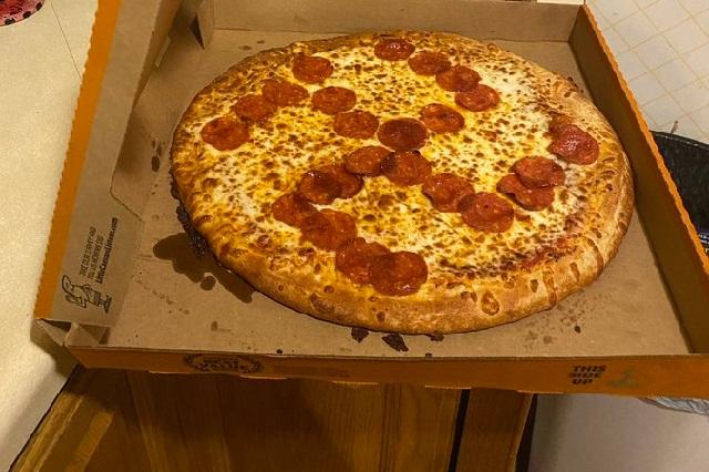 Símbolo nazi: Pareja encuentra cruz esvástica de pepperoni en su pizza