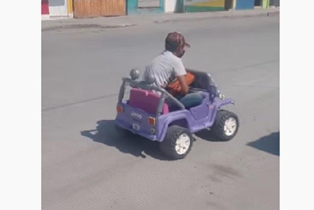 No le vendían pizzas por ir a pie y regresó manejando un auto de niños