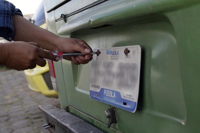 Reprueban líderes empresariales caro canje de placas en Puebla