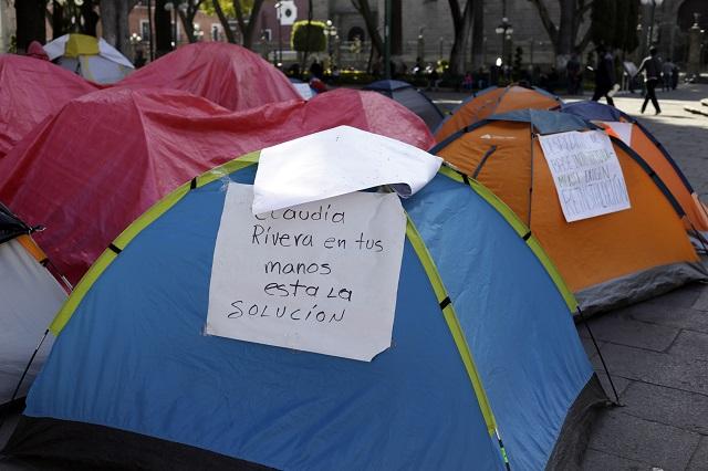 Despedidos regresan plantón frente al Palacio Municipal en Puebla