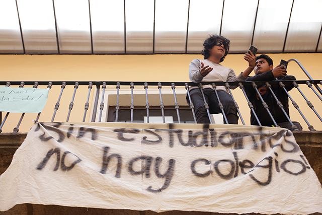 Temen desalojo estudiantes que tomaron el Colegio de Historia BUAP