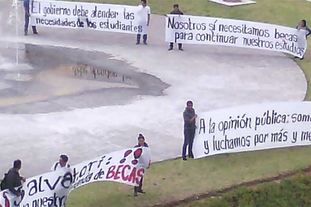 Estudiantes antorchistas en plantón ante el CIS exigen se liberen becas
