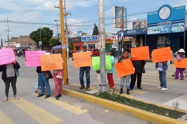 Vecinos de Castillotla exigen seguridad y bloquean bulevar