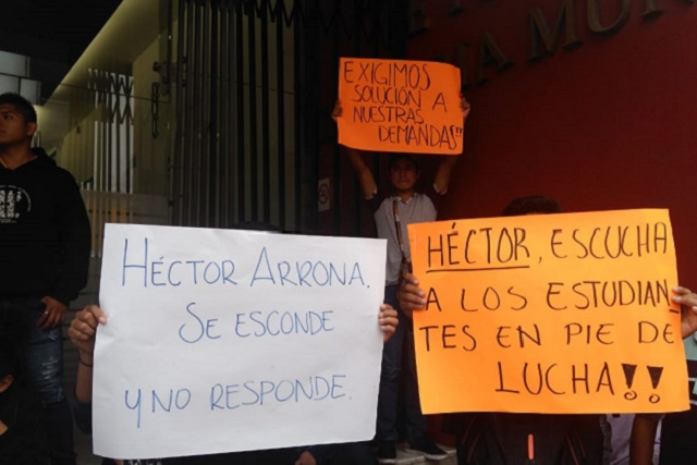 Plantón de antorchistas ante Tesorería municipal exige cheque para obras