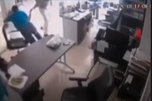 Con un plátano, delincuente intenta asaltar funeraria