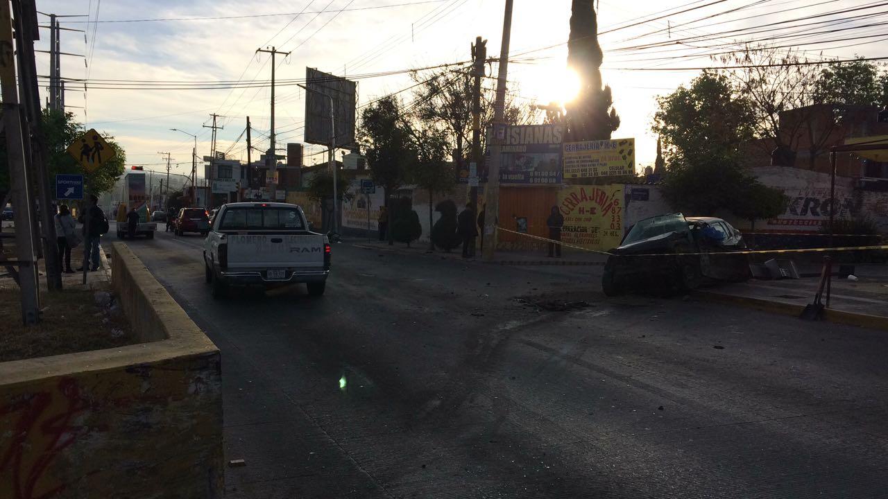 Fallece conductor al chocar su auto contra torre de la CFE
