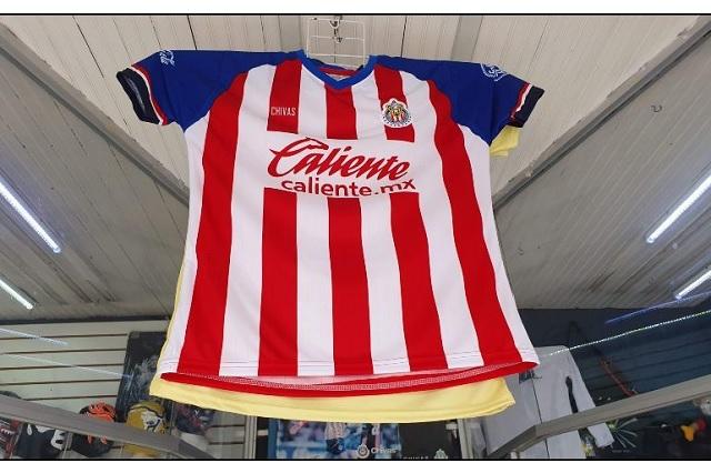 Piratería se adelanta y ya vende nuevo jersey de Chivas