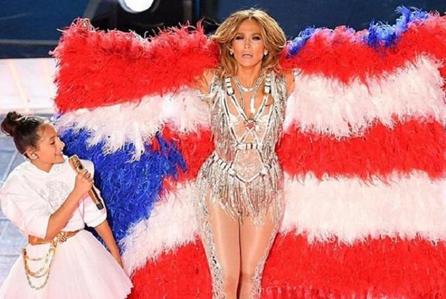Critican a JLo por usar bandera de plumas en el Super Bowl
