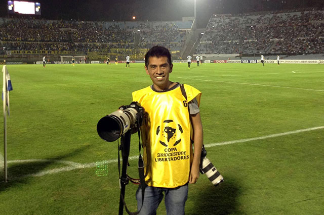 Subastan imágenes de fotógrafo poblano para tratar su cáncer