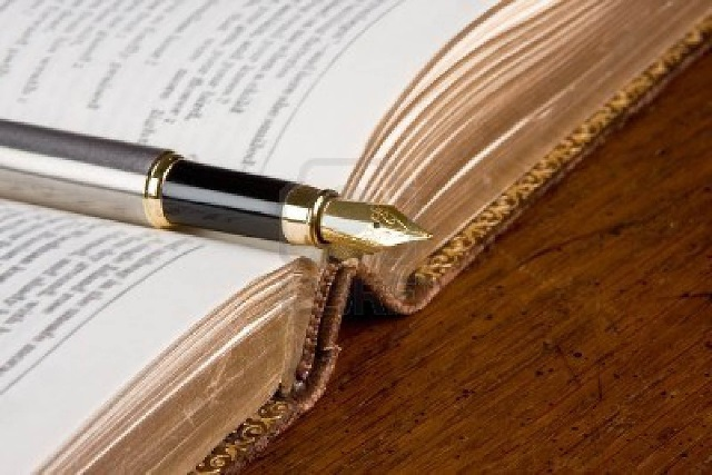 No se vive de la poesía, se vive por ella: Juan Domingo Argüelles