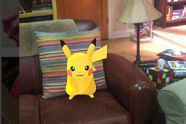 Pikachu reta a Sheldon Cooper y se sienta en su sillón