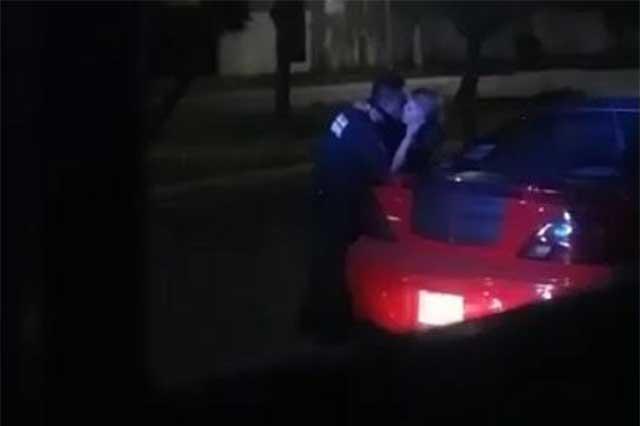 Un policía poblano se pone cariñoso y cobra infracción con besos