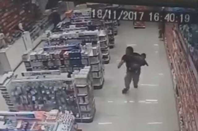 Fuera de servicio y con bebé en brazos, policía frustra asalto