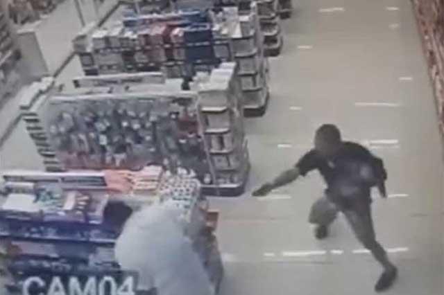 Video: Con su hijo en brazos, policía se enfrenta a 2 ladrones y los mata