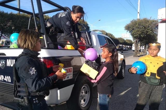 Policías municipales de Puebla reparten juguetes a niños pobres