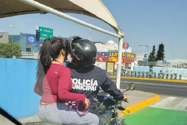 Exhiben con foto a policía que pasea en moto a mujer sin casco