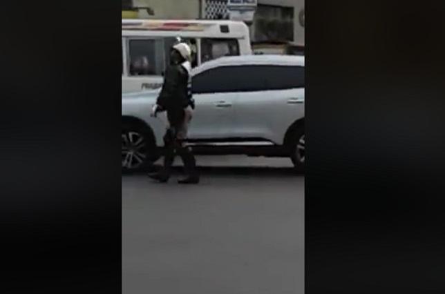 Policía de tránsito una sensación por bailar y apoyar a selección de Perú